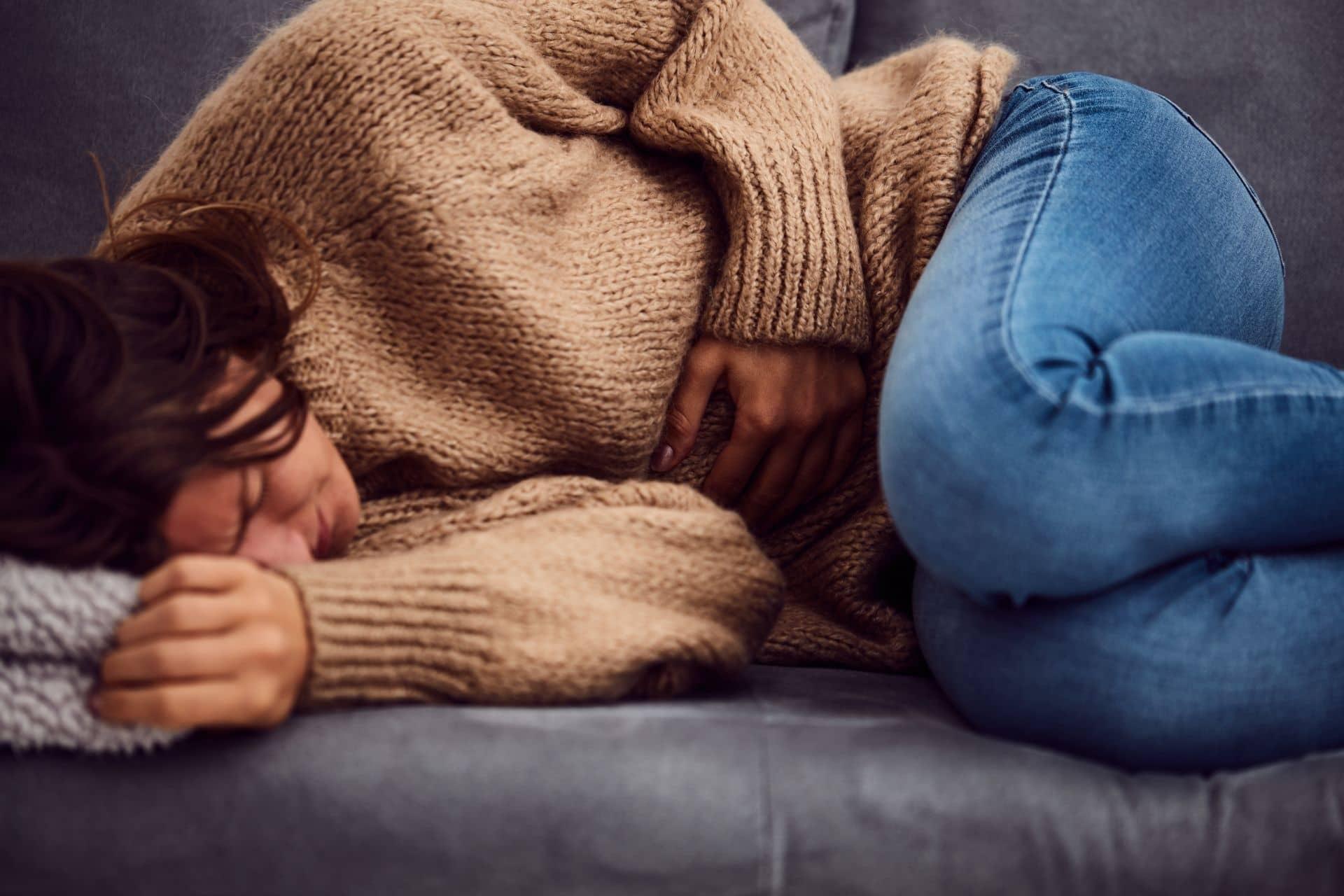 personne allongée mal de ventre maladie inflammatoire chronique intestin Nahibu